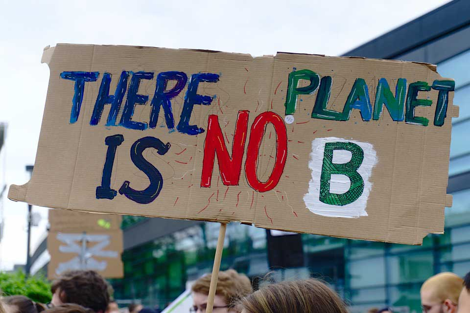 "Sign ""There is no Planet B"" on an FFF demo"