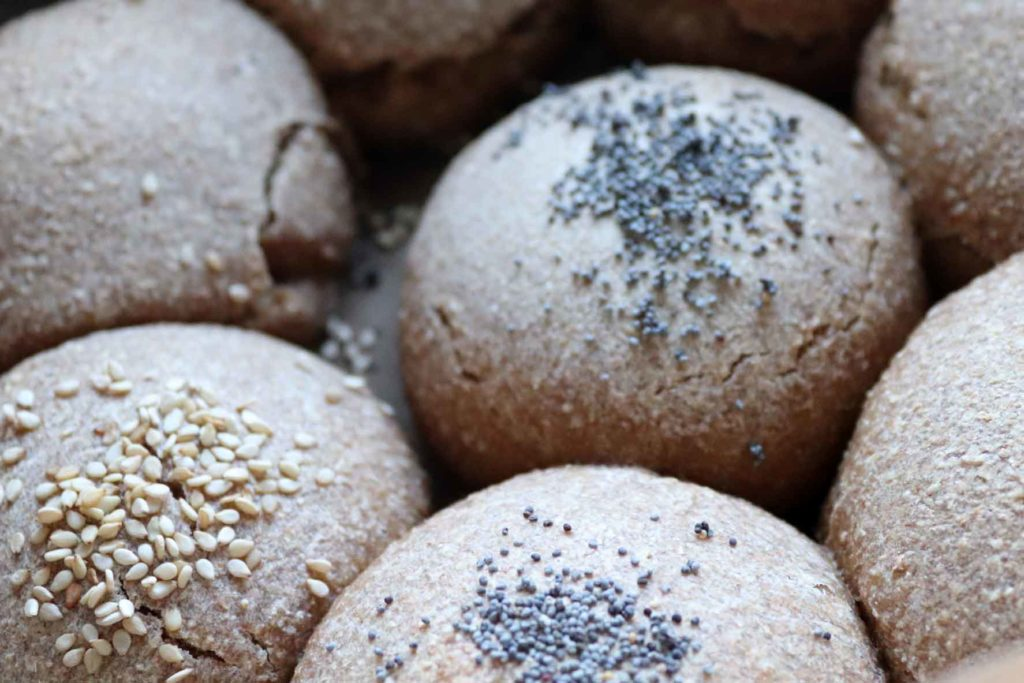 #stayathome: Wild yeast - homemade wholemeal bread rolls with poppy seeds and sesame